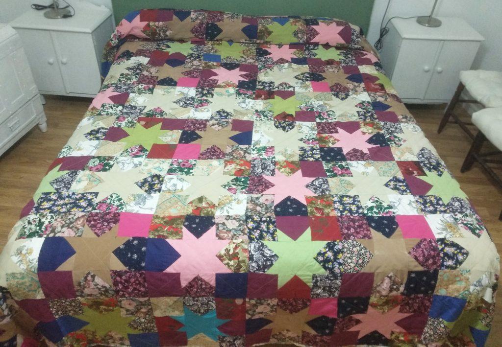 Reciclaje de moda para el hogar.Colcha de cama realizada con vestidos de una abuela fallecida